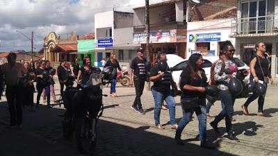 Professores em greve realizam protesto em Sairé