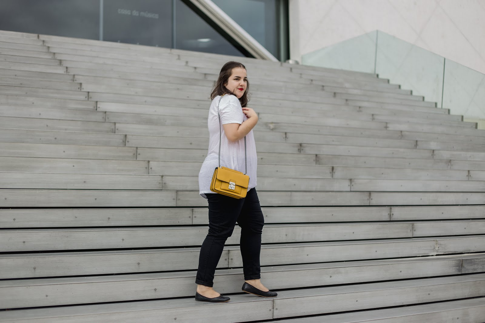 Outfit of the day - White t-shirt, jeans and a mustard yellow bag