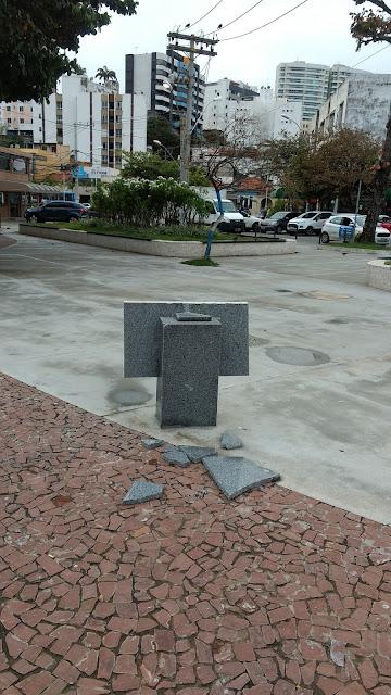 Vândalos voltam a destruir placa da Praça Brigadeiro Faria Rocha