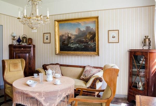 imagem de uma sala com vários móveis e objetos