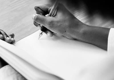 Mujer que escribe en un cuaderno