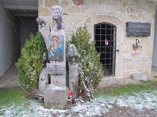 Maria Potokowa z dziećmi i obrazem Matki Bożej w ręku.