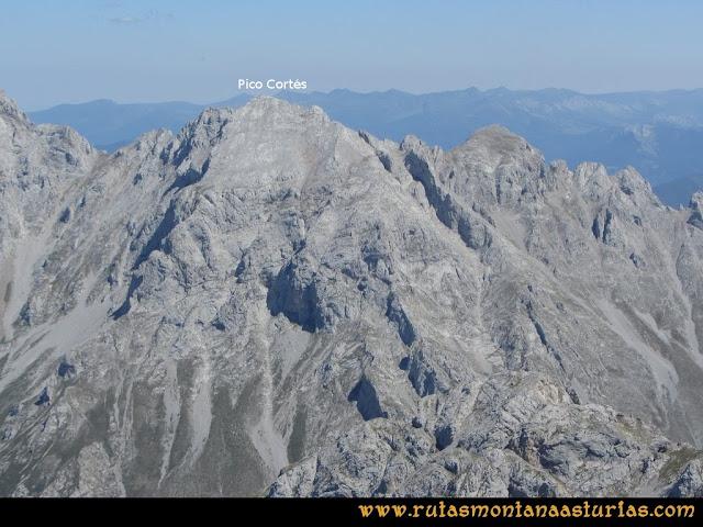 Ruta Peña Castil y Cueva del Hielo: Vista desde Peña Castil del Pico Cortés