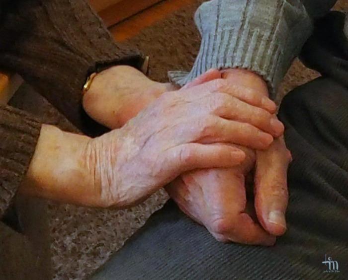 vanhat kädet yhdessä - käsikädessä