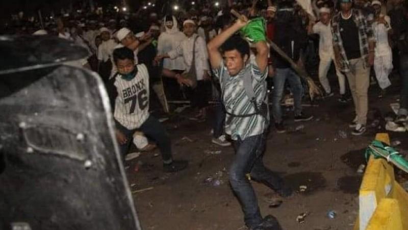 Ismail Ibrahim menyerang barikade polisi saat demo 4 November