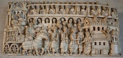 Η εικόνα στο βυζαντινό σκαλιστό ελεφαντόδοντο παριστάνει την άφιξη στην Κωνσταντινούπολη της δεξιάς χείρας του Πρωτομάρτυρα Στέφανου από τα Ιεροσόλυμα γύρω στα 421 και την πάνδημη συμμετοχή του λαού στην υποδοχή και προσκύνησή της. Η λειψανοθήκη τοποθετήθηκε σε μία καινούργια εκκλησία που χτίστηκε για αυτό το σκοπό μέσα στο Ιερό Παλάτιο των βυζαντινών αυτοκρατόρων από την Πουλχερία Αυγούστα, αδελφή του αυτοκράτορα Θεοδόσιου του Β'. Η εικόνα φυλάσσεται στην Τρηρ (Trier) της Γερμανίας.