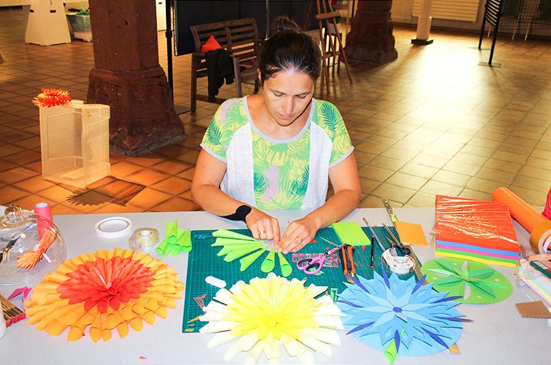 Fabrication sur place de fleurs en papier
