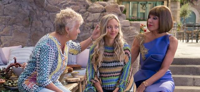 Em cena do filme Mamma Mia 2, Rosie (Julie Walters, à esquerda) e Tanya (Christine Baranski, à direita), conversam com Sophie (Amanda Seyfried, ao centro).