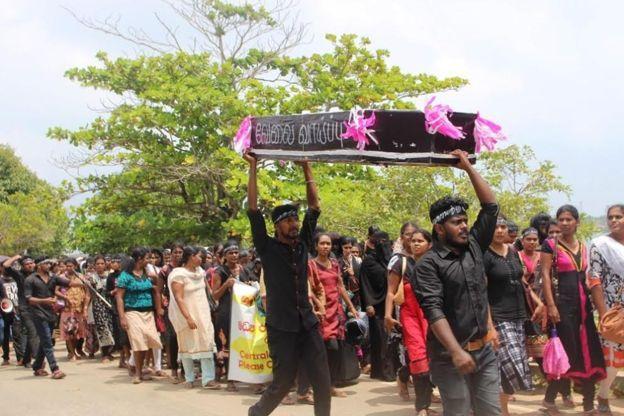 பிரேத பெட்டியை சுமந்தவாறு  மாவட்ட செயலகம் வரை பேரணி