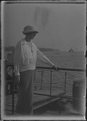 Frau am Steg mit Blick auf den Zürichsee mit Schiff im Hintergrund - um 1910-1920