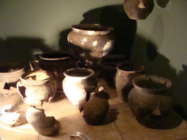 zabytki wczesnośredniowieczne z grodu i cmentarzyska w Gieczu - garnki ceramiczne