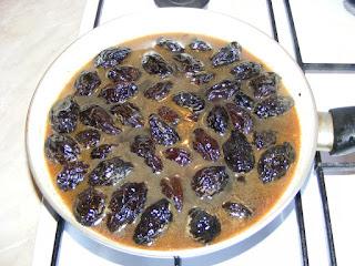 reteta si mod de preparare mancare de prune uscate si afumate la tigaie,