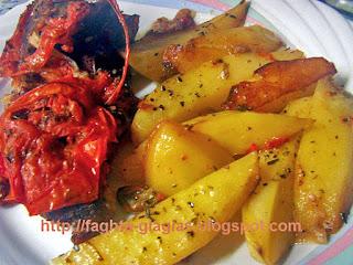 Χοιρινό μπούτι στη γάστρα με πιπεριές και ντομάτα - από «Τα φαγητά της γιαγιάς»