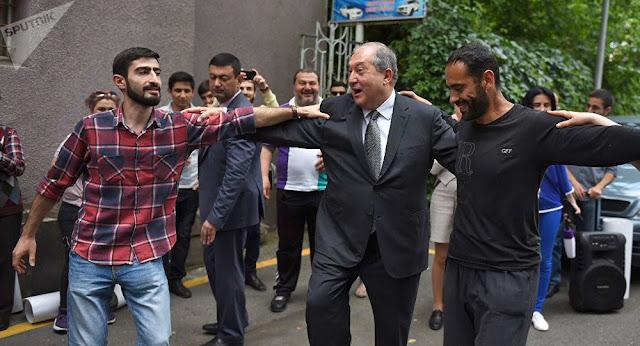 Armen Sargsyan danzó Kochar con manifestantes