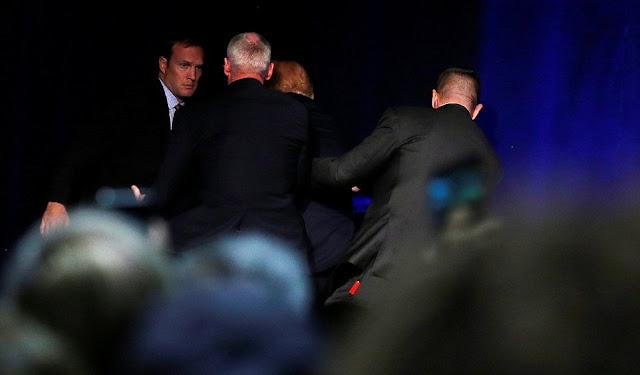O candidato republicano à Casa Branca, Donald Trump, foi retirado brevemente do palco por agentes de segurança no sábado durante um ato de campanha em Reno, Nevada (oeste dos Estados Unidos), após um falso alerta