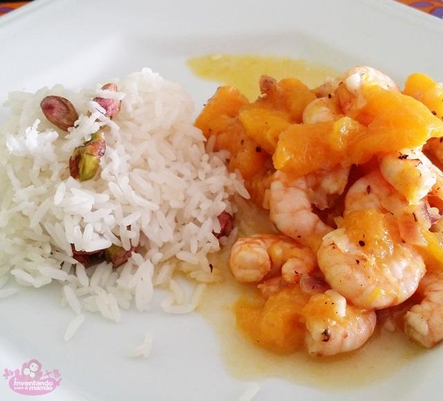 Receita de camarão com manga acompanhado de arroz de coco e pistache