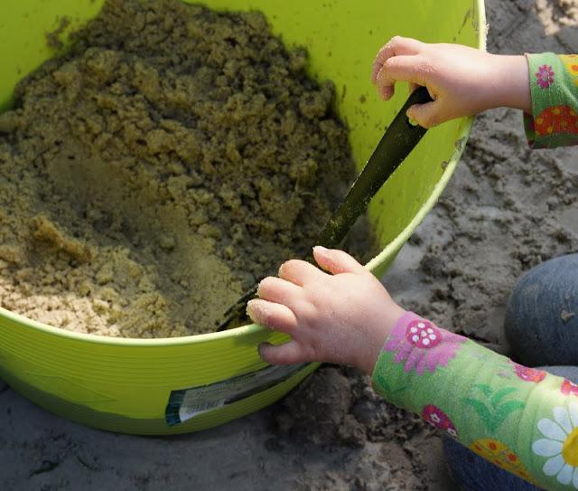 Unterwegs im Garten mit neuen Sommerschuhen (+ Verlosung). Unsere Kinder spielen im Sommer super gern im Garten!