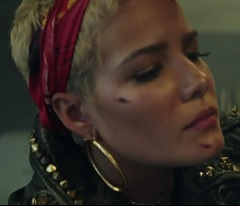 Halsey lança clipe de Bad At Love