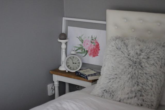 Michalina Wisłocka Sztuka kochania, obraz piwonie akwarele, biały budzik, drewniany stolik nocny, romantyczna sypialnia, futrzana poduszka
