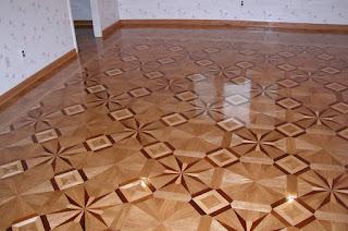 """Σχέδιο ¨λουλούδι"""" σε ξύλινο πάτωμα"""