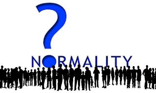 Imagen con gente e  interrogante de  la palabra normalidad