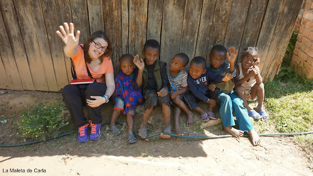 Junto a niños malgaches saludando a la cámara