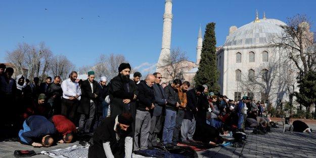 Πραγματοποιήθηκε η συγκέντρωση μουσουλμάνων έξω από την Αγία Σοφιά
