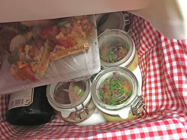 Picknickkorb für´s Fotoshooting, Regenhochzeit, Apricot, Lachs, Pfirsich, heiraten in den Bergen, Hochzeitshotel Riessersee Garmisch-Partenkirchen, Bayern, Hochzeitsplanerin Uschi Glas