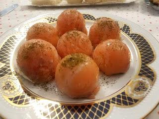 Bombón de salmón con queso crema y pistachos.