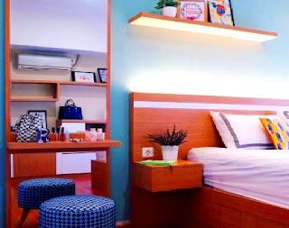 Memanfaatkan floating shelves atau rak melayang tau rak dinding