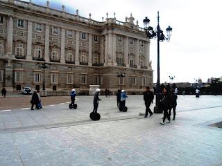 La peatonalización de la calle junto al Palacio Real proporcionó una zona amplia ideal para los paseos y eventos tradicionales.