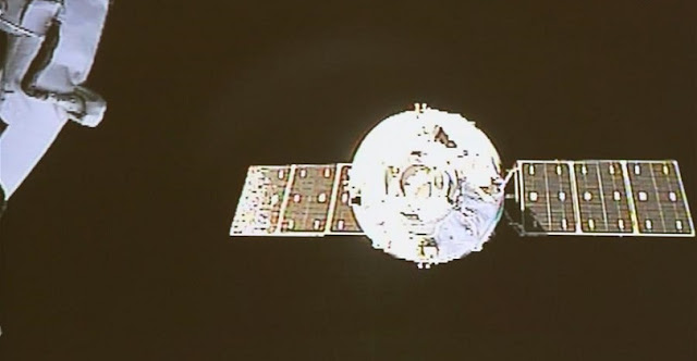 Photo taken on April 22, 2017 shows the Tianzhou-1 cargo spacecraft moving towards the orbiting Tiangong-2 space lab for the automated docking on a screen at Beijing Aerospace Control Center in Beijing, capital of China. The Tianzhou-1 cargo spacecraft, China's first cargo spacecraft, which was launched Thursday evening from Wenchang Space Launch Center in south China's Hainan Province, successfully completed automated docking with the orbiting Tiangong-2 space lab at 12:23 p.m. Saturday, according to Beijing Aerospace Control Center. It is the first docking between the spacecraft and space lab. (Xinhua/Wang Sijiang)