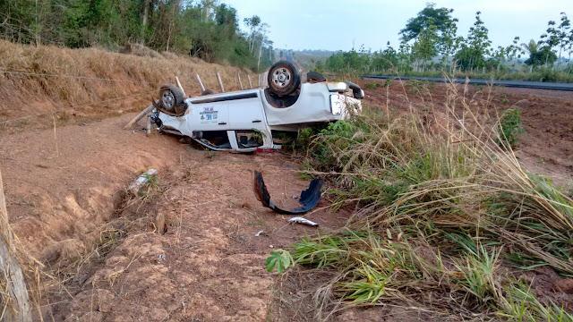 Durante fuga em São Felipe D'Oeste Bandidos roubam e capotam caminhonete de prefeitura