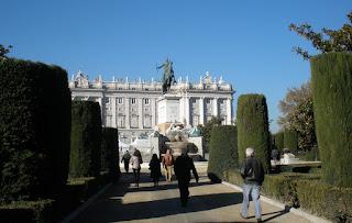 Uno de los paseos cenrales de los jardines, frente al monumento a Felipe IV y al fondo el Palacio Real.