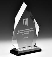 Yamuk bir geometrik şekli olan üzeri yazılı kristal cam plaket örneği