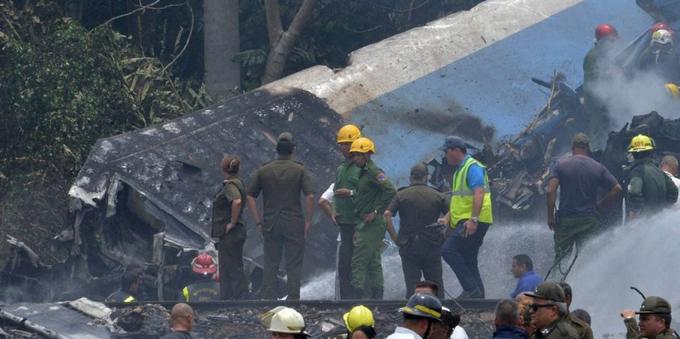 Avión se estrella con 105 pasajeros en Cuba