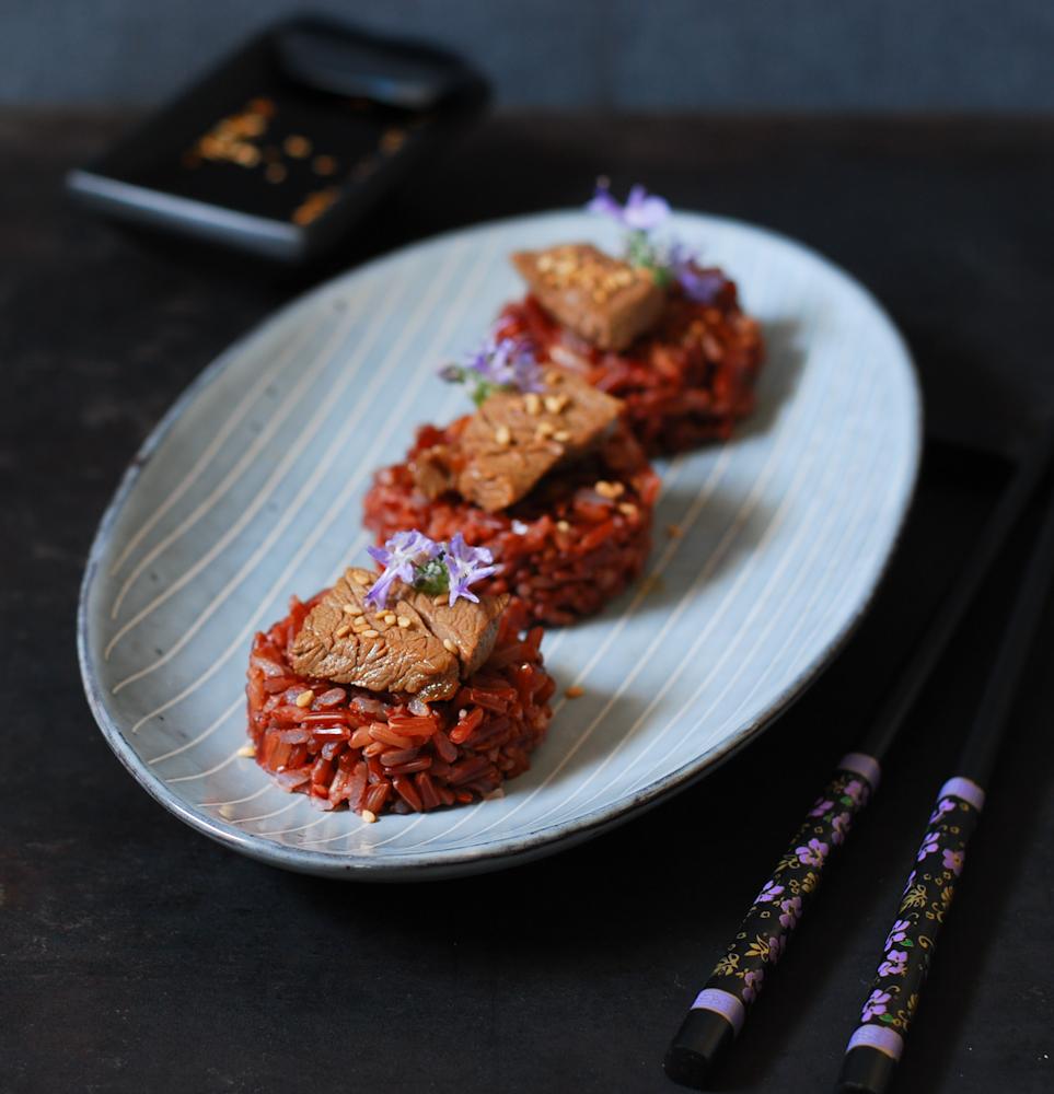 Arroz rojo con ternera y salsa ponzu
