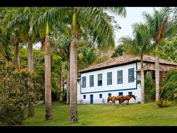 vista exterior de la casa azul en Brasil