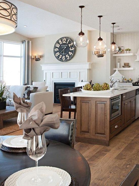 Phòng bếp và phòng khách truyền thống kết hợp với nhau bằng những món đồ gỗ màu tối.