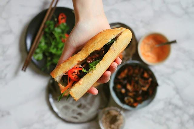 Ngay cả một khu chợ quê hay một sạp hàng nho nhỏ cũng có ít nhất 30 – 50 món chay làm từ rau, củ, quả, đậu phụ, mì căng… phục vụ thực khách. Đặc biệt còn có những món chay giả mặn như thịt luộc, gà bóp, gà rán, nộm, bánh chưng, bánh tét, bánh canh, bún, phở…