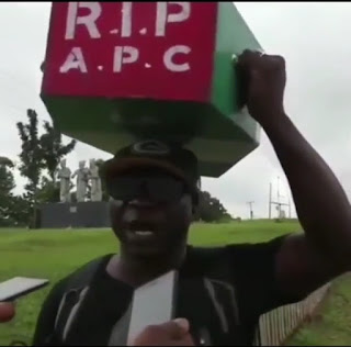 Angry Nigerian man who trekked for Buhari 4years ago, now treks from Lagos to Abuja with APC Casket