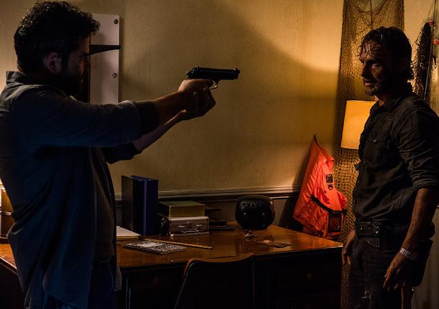 Morales (Juan Gabriel Pareja) e Rick Grimes (Andrew Lincoln) nell'episodio 3