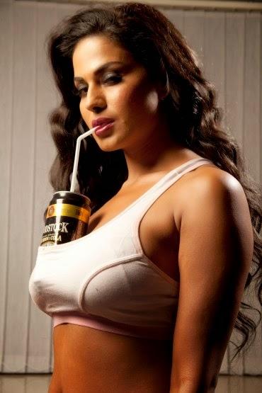 veena-malik-photo-with-beer