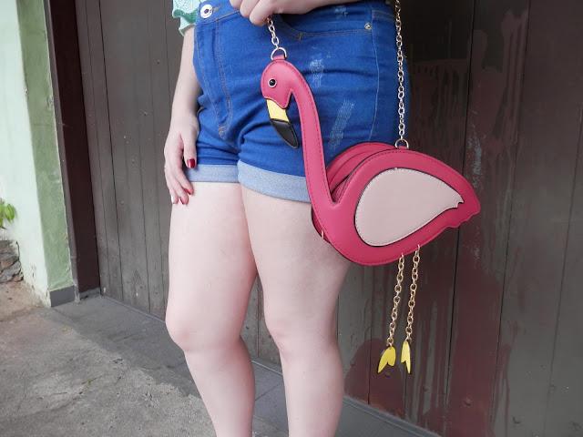 bolsa em forma de flamingo look
