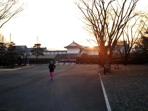 朝RUN@霞城公園 東門をバックに昇る浅春の朝日