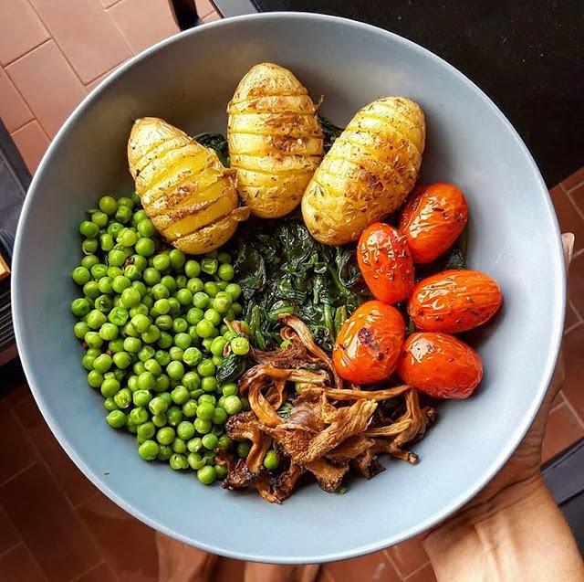Assiette healthy de légumes et pommes de terre grenaille rôties charlotte and cooking