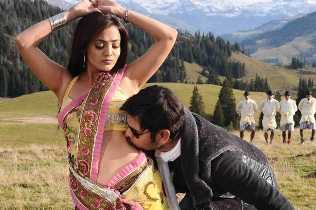 Nisha Agarwal saree navel kissing scene