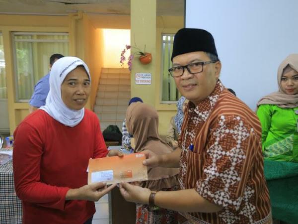 Oded M Danial Serahkan BPNT di Kantor Kecamatan Cibeunying Kidul