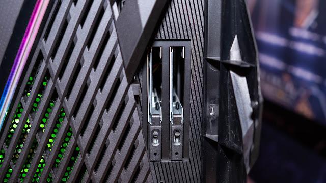 ROG STRIX GA35 前方的兩處 2.5 吋 SATA 熱插拔插槽