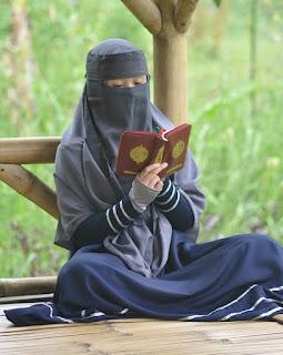 Ciri Wanita Sholehah Jatuh Cinta